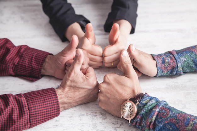 Люди, показывающие большой палец вверх знаки. работа в команде. стратегия. успех