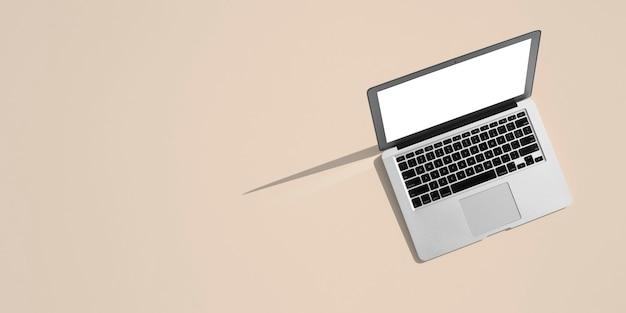 人々はカラーテーブルのためにラップトップコンピュータで仕事に座っています