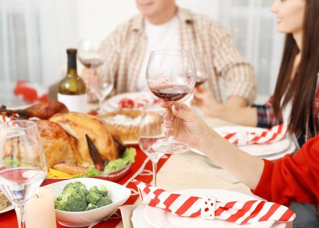 Люди сидят за столом, который подают на ужин в честь дня благодарения, вид крупным планом