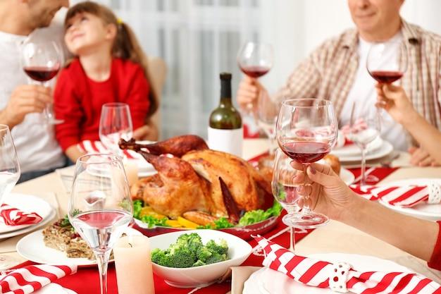 テーブルに座っている人々は感謝祭のディナーに出されました、クローズアップビュー