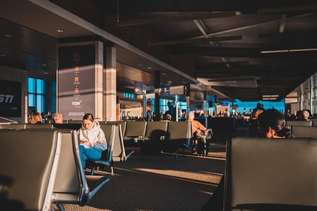La gente seduta sulla sedia all'interno dell'edificio
