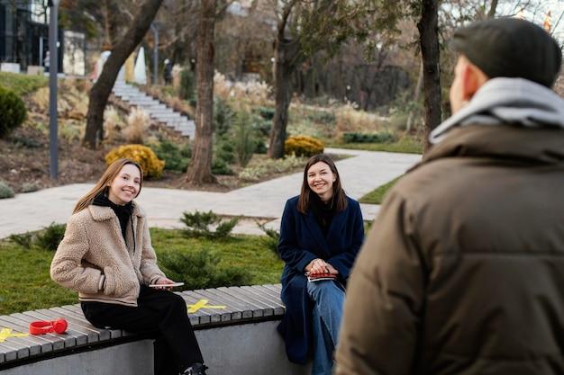 Persone sedute a distanza sulla panchina