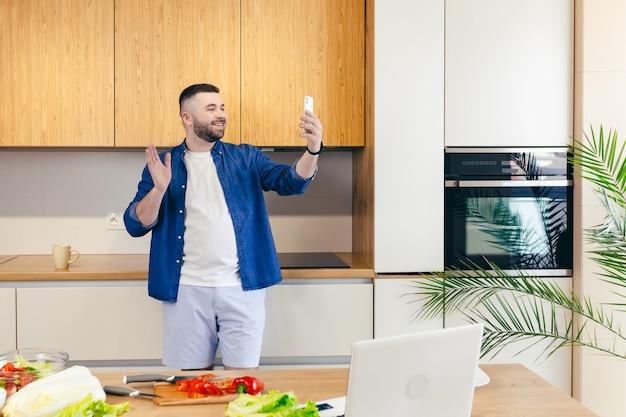 사람들이 앉아 노트북 소파 남자 노트북 컴퓨터 기술 실내 일 컴퓨터 통신 사진 집에서 일하는 성인 수평 한 사람 젊은 성인 휴식 미소