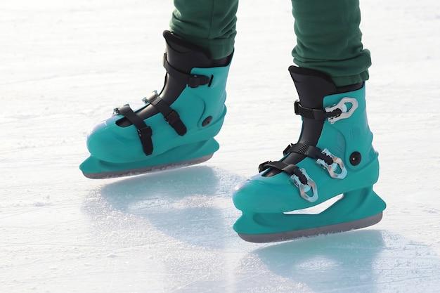아이스링크에서 스케이트를 타는 사람들. 스포츠 및 엔터테인먼트. 휴식과 겨울 방학.