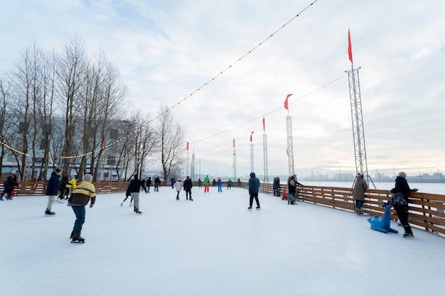 ロシアのアイススケートリンクでスケートをしている人々。
