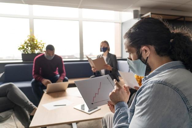 Социальное дистанцирование людей на работе
