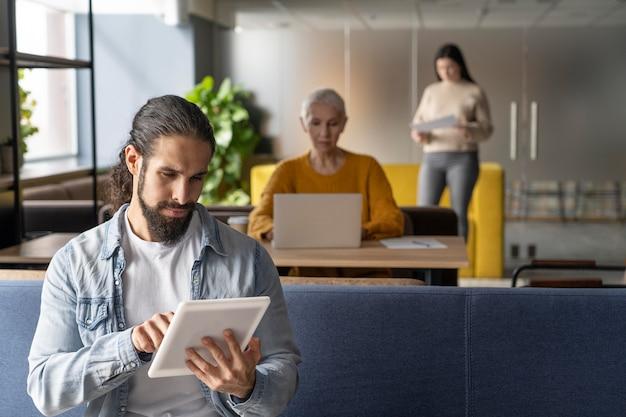 職場で社会的距離を置いている人々