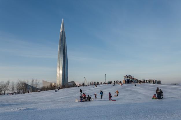 ロシアのサンクトペテルブルクにあるウィンターパークで楽しい時間を過ごす人々。