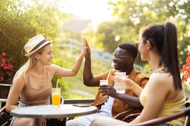 밖에서 함께 시간을 보내는 사람들