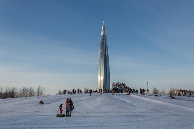 ロシアのサンクトペテルブルクで冬の週末にドーナツチューブでそり滑りをする人々。
