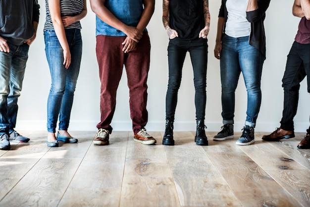 Люди, стоящие вместе с пространством дизайна
