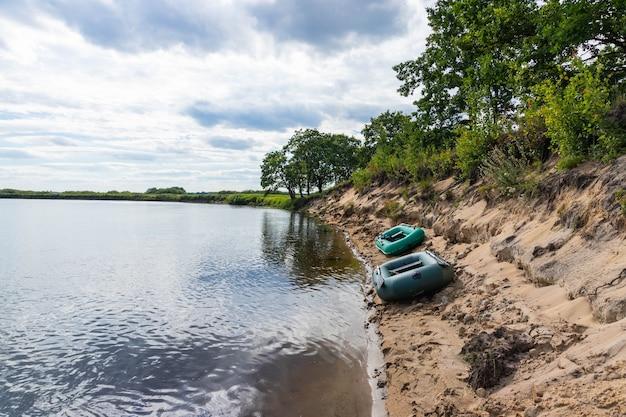 人々は休むのをやめ、膨脹可能なボートで川を下って浮かんでいました。アクティブなレクリエーションと観光のコンセプト。