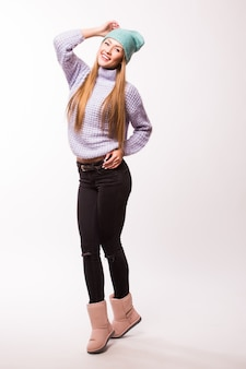 人々、スタイル、ファッションのコンセプト-カジュアルな服と流行に敏感な帽子の幸せな若い女性または十代の少女