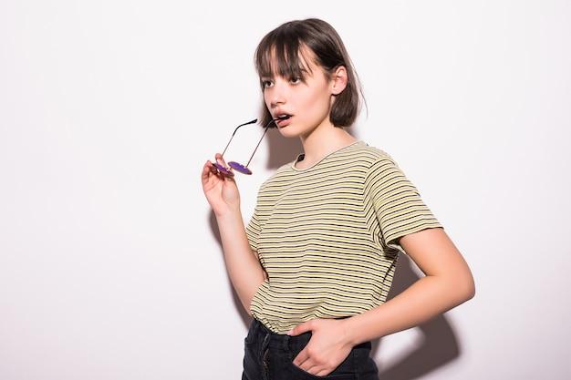 Люди, стиль и концепция моды - счастливая молодая женщина или девушка в повседневной одежде и солнцезащитных очках