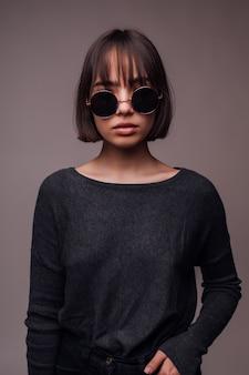사람, 스타일과 패션 개념-행복 한 젊은 여자 또는 캐주얼 옷과 선글라스에 십 대 소녀
