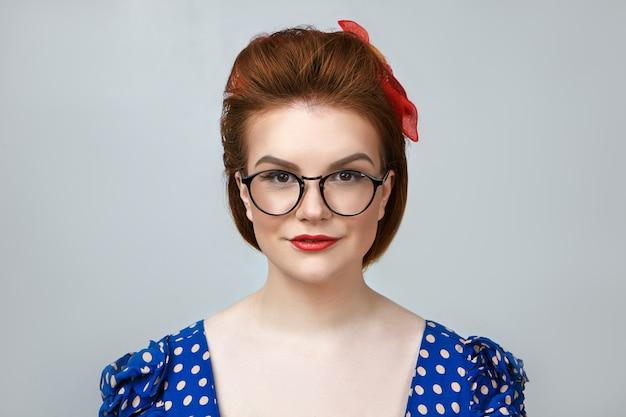 人々、スタイリッシュ、ファッション、衣類、光学のコンセプト。赤い口紅を身に着けている美しいポジティブな若い女性