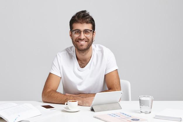 人、成功および昇進の概念。ファッショナブルな若いサラリーマンが丸い眼鏡を着ています。