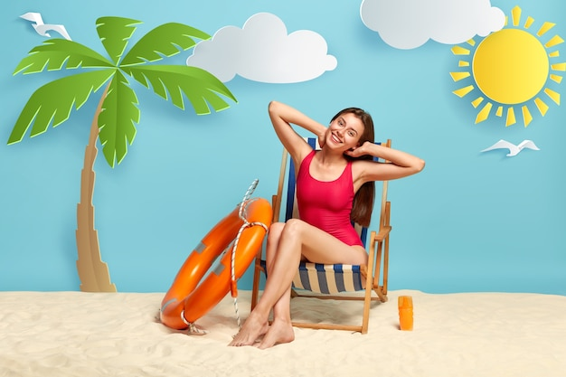 사람, 여름 휴가 개념. 기쁜 좋은 여성이 손을 뻗고 빨간 수영복을 입는다.