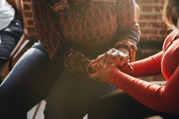 人々はリハビリセッションでお互いをサポートします