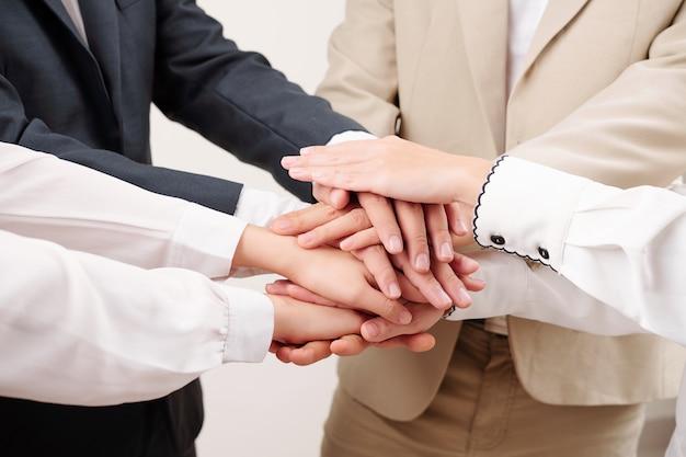 人々はビジネスで互いに支え合う