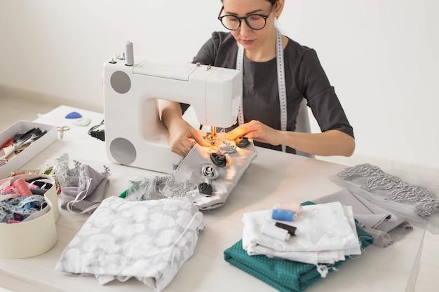 Люди, портной и концепция моды - молодой модельер на своем рабочем месте.