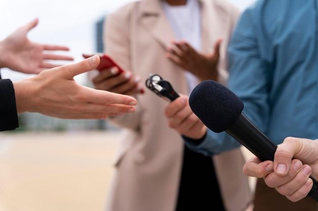 Люди берут интервью на открытом воздухе