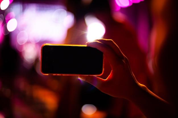 라이브 음악 콘서트 및 군중 동안 스마트 폰으로 사진을 찍는 사람들
