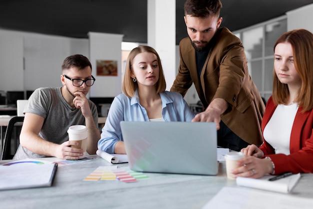 Люди разговаривают на групповой встрече на работе