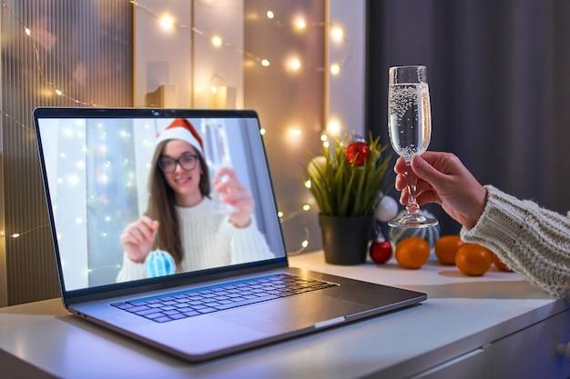 Люди разговаривают в интернете по видеозвонку с виртуальным увеличением и пьют шампанское
