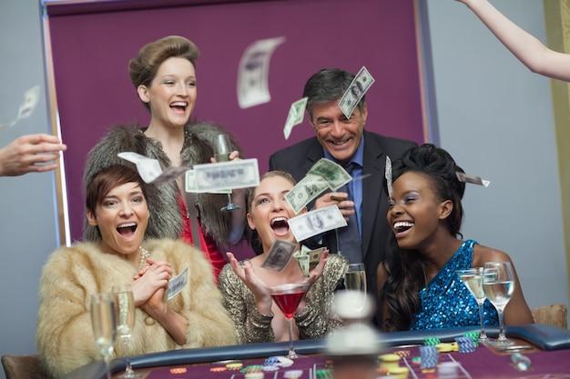 Люди бросают деньги в казино