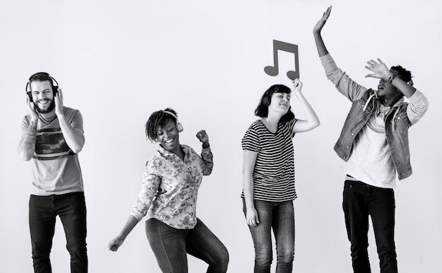 一緒に音楽を楽しむ人々
