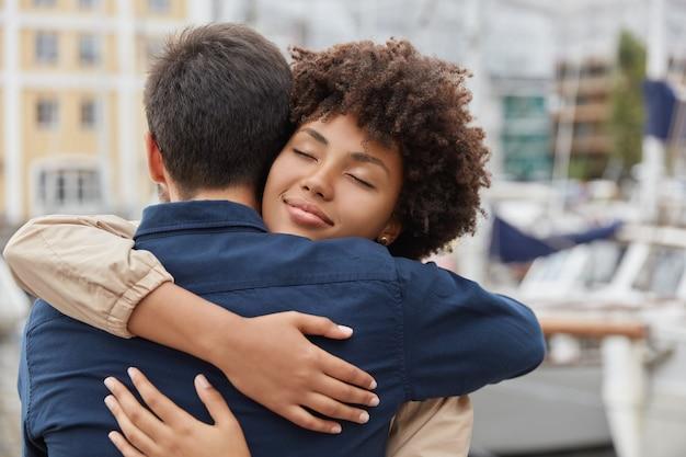사람, 공생 및 작별 개념. 사랑에 빠진 다정한 커플이 따뜻하게 떠들고, 오랜 출발 후 만나