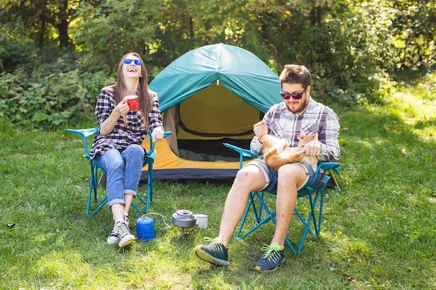 人、観光、自然の概念-キャンプ旅行を楽しんでいるカップル。