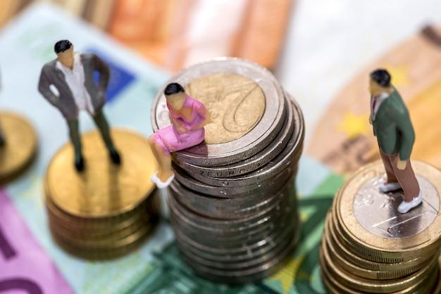 ユーロ紙幣や硬貨の人々のおもちゃ