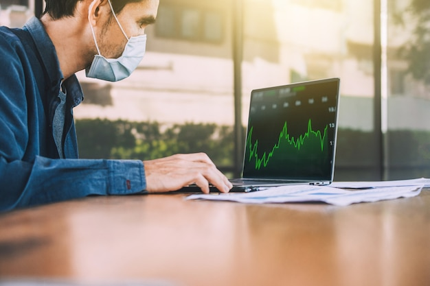 Люди торгуют форекс инвестициями на компьютерных технологиях онлайн-бизнеса