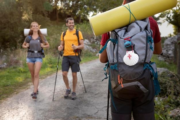 Люди, путешествующие вместе со своими рюкзаками
