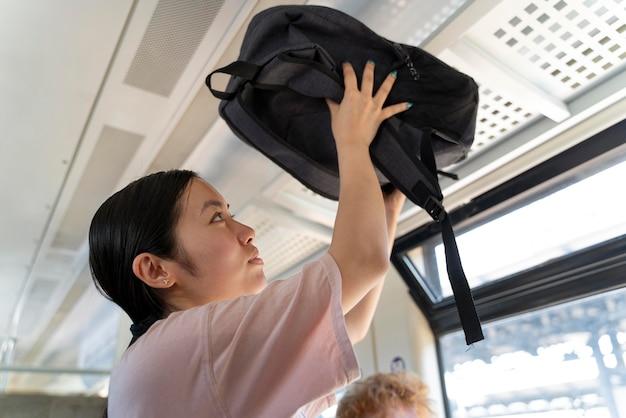 気の毒な心配なしに旅行する人々