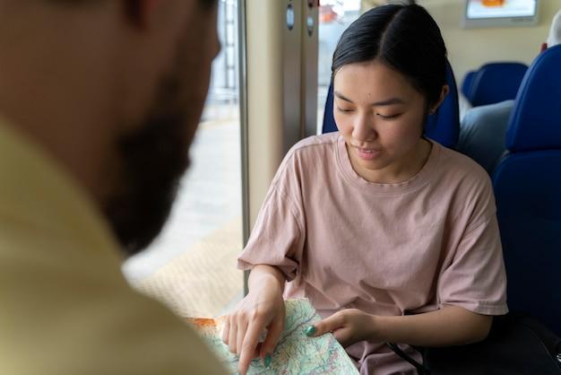 Persone che viaggiano senza preoccupazioni da covid