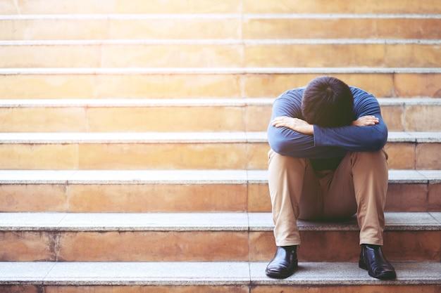 Люди безработный бизнесмен стресс, сидя на лестнице