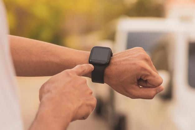 사람들은 기술 인터넷 5g로 화면 연결 소셜 미디어에서 터치하는 스마트 시계를 사용합니다.