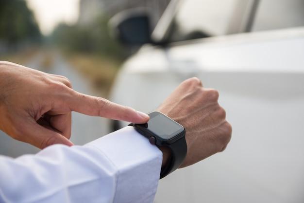 사람들은 기술 스마트 워치를 사용하여 자동차를 열고 시동합니다.