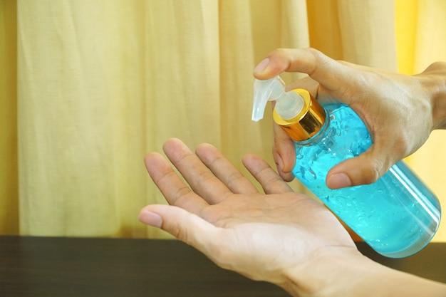 알코올 핸드 젤을 사용하여 손을 청소하는 사람들
