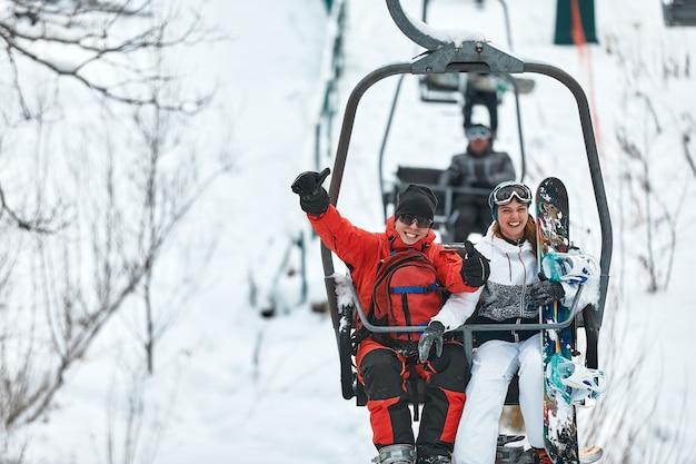 Люди, использующие кресельный подъемник на горнолыжном курорте. зимние каникулы.
