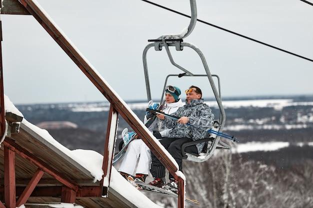 산악 스키 리조트에서 리프트를 사용하는 사람들. 겨울 방학.