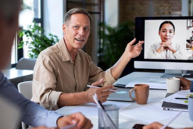 회의 중에 디지털 장치를 사용하는 사람들