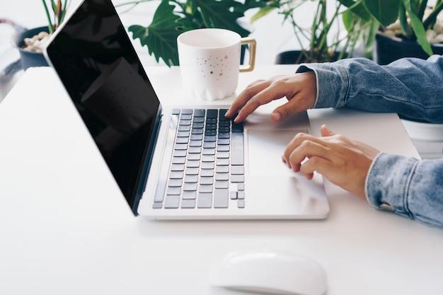 노트북을 사용하여 작업 책상에서 연구하는 사람들. 비즈니스, 금융, 무역 주식 시장 및 소셜 네트워크 개념.