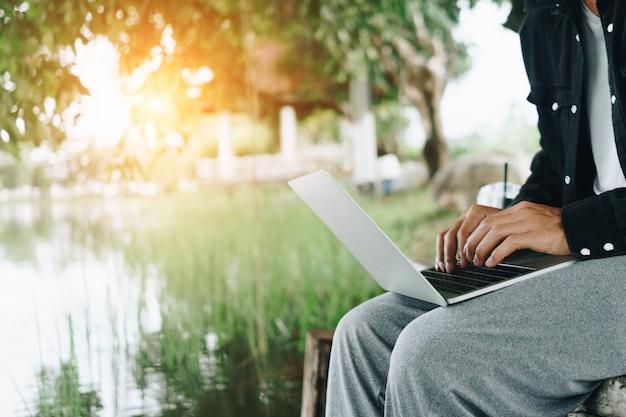 노트북을 사용하여 업무용 책상에서 공부하는 사람들. 비즈니스, 금융, 무역 주식 시장 및 소셜 네트워크 개념.