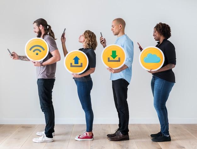 Люди, использующие смартфоны и держащие технологические знаки