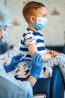 면역 건강을 위한 사람들 예방 접종 개념. 코로나 19.