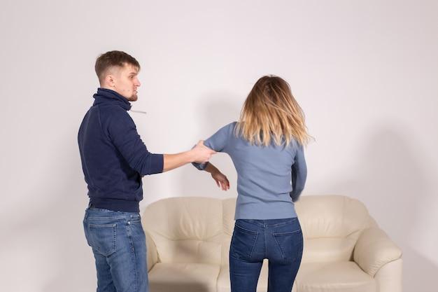 사람, 폭력 및 학대 개념 - 남자와 여자 싸움